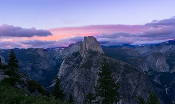 A view of the mountains of Yosemite at dusk