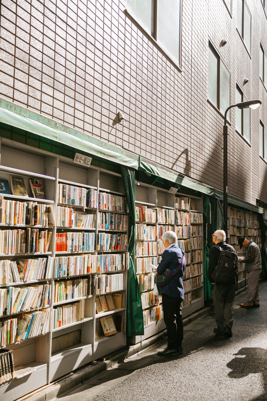 people browsing books